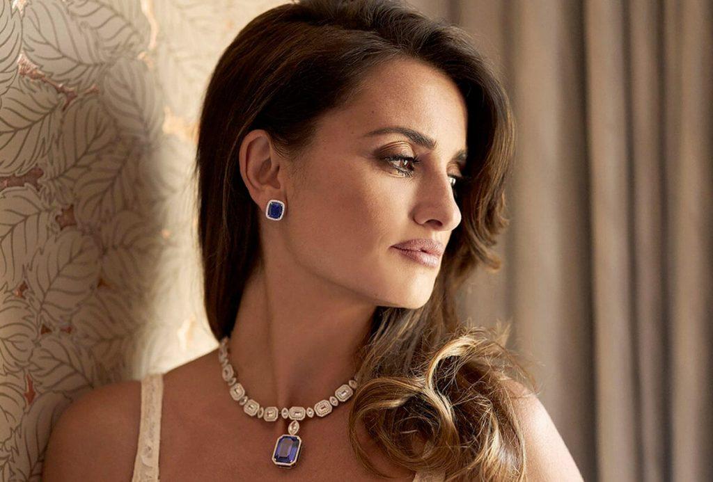 Herečka Penelope Cruz s náhrdelníkom a náušnicami značky Swarovski